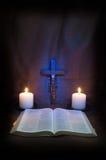 Bible, chapelet, crucifix et deux bougies image stock