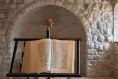 Bible chrétienne écrite par hébreu à la pièce de femme du monastère de Beit Jimal Ce livre consister manuscrits bibliques photographie stock libre de droits