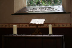 Bible dans l'église Photo stock