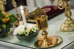 Bible de couronnes, de croix et de houx Photographie stock