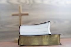 Bible de deux épines avec le defocus croisé saint de fond images stock