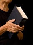 Bible de fixation de dame âgée Photos libres de droits