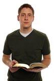 Bible de fixation de jeune homme Images libres de droits