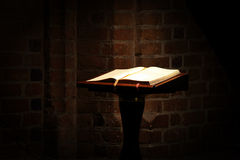 Bible de houx dans la vieille église Photo stock