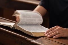 Bible de lecture Photographie stock libre de droits