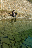 Bible de lecture d'homme par le lac Photo libre de droits