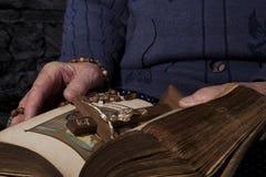 Bible de lecture de dame âgée Photo stock