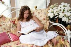 Bible du relevé de fille Photographie stock libre de droits