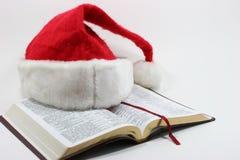 Bible et chapeau de Santa Photo stock