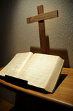 Bible et croix Photo stock
