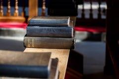 Bible et d'autres livres dans l'église Photo stock
