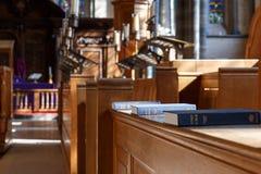Bible et d'autres livres dans l'église Image stock