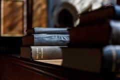 Bible et d'autres livres dans l'église Photographie stock