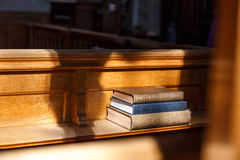 Bible et d'autres livres dans l'église Images stock