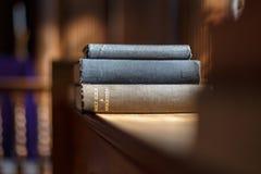 Bible et d'autres livres dans l'église Photos libres de droits