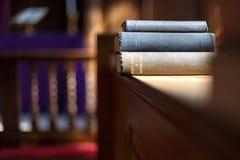 Bible et d'autres livres dans l'église Images libres de droits