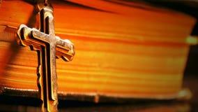 Bible et feu croisés banque de vidéos