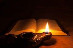 Bible et lampe à pétrole Images stock
