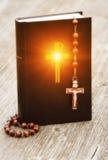 Bible et rosaire Photographie stock