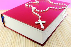 Bible et rosaire Photos stock