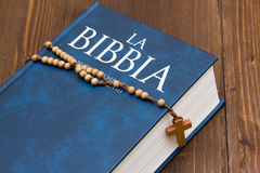 Bible with rosary Royalty Free Stock Photos