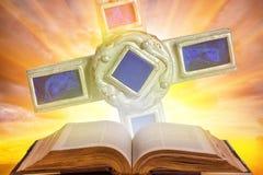 Bible sainte et croix Photos stock