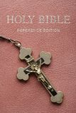 Bible sainte et crucifix. Image stock