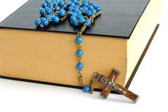 Bible sainte et rosaire image libre de droits