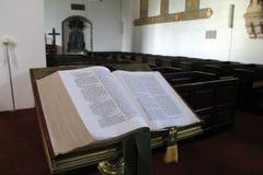 Bible sur le piédestal dans la chambre du vieux monastère augustin, Adare, Irlande, 2014 Image stock