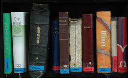 Bibles dans beaucoup de langages Photo libre de droits
