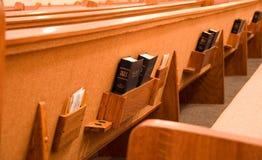 Bibles saintes et le dos d'un siège Photos libres de droits