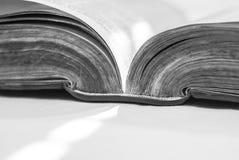 Biblia abierta angulosa, espina dorsal de detalle y borde de la página fotos de archivo libres de regalías