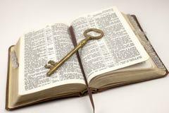 Biblia abierta con clave de oro Imágenes de archivo libres de regalías