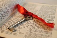 Biblia abierta con una llave Imagenes de archivo