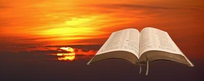 Biblia abierta de la salida del sol imagen de archivo libre de regalías