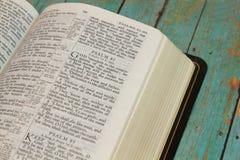 Biblia abierta en el libro de Pslams Fotografía de archivo
