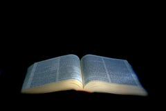 Biblia abierta iluminada imagen de archivo libre de regalías