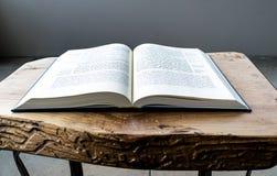 Biblia abierta puesta plano, nuevo testamento griego En fondo de madera Baselland, Suiza 12 05 2019 imagenes de archivo