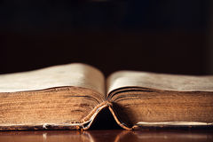 Biblia abierta vieja Fotografía de archivo libre de regalías