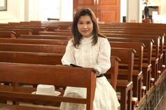 Biblia bastante tailandesa del estudio de la mujer. Fotos de archivo