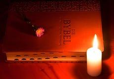 Biblia cerrada por la luz de la vela Fotografía de archivo libre de regalías