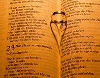 Biblia cerrada por la luz de la vela Imágenes de archivo libres de regalías