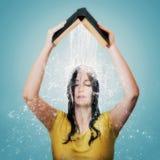 Biblia con agua que cae en la cabeza de la mujer. Fotos de archivo libres de regalías