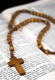 Biblia con crucifijo Fotografía de archivo libre de regalías