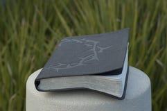 Biblia con la corona de espinas en pilar del cemento Fotografía de archivo libre de regalías