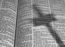Biblia con la sombra de una cruz Fotografía de archivo