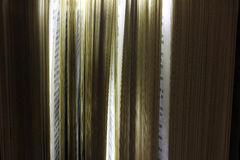 Biblia con las páginas que brillan intensamente Foto de archivo libre de regalías