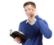 Biblia cristiana confiada y pensamiento de la lectura Fotografía de archivo
