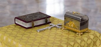Biblia, cruz ortodoxa y caja bautismal Fotos de archivo
