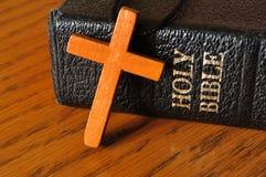 Biblia cruzada y santa Fotografía de archivo